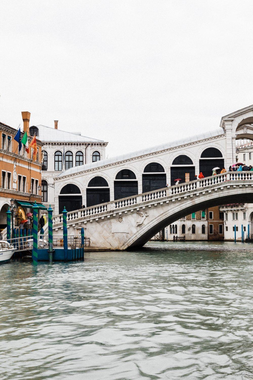 Honeymoon Photoshoot on a rainy spring in Venice Couples Photographer Couple Photoshoot Romantic Walk in Venice
